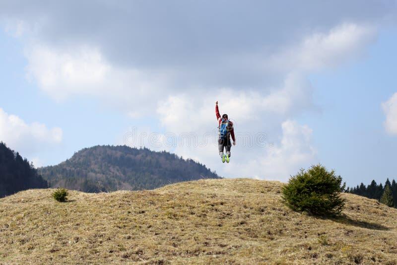 Hiker скачет в воздух стоковые изображения