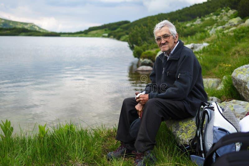 Hiker старшего человека имея пролом стоковое фото