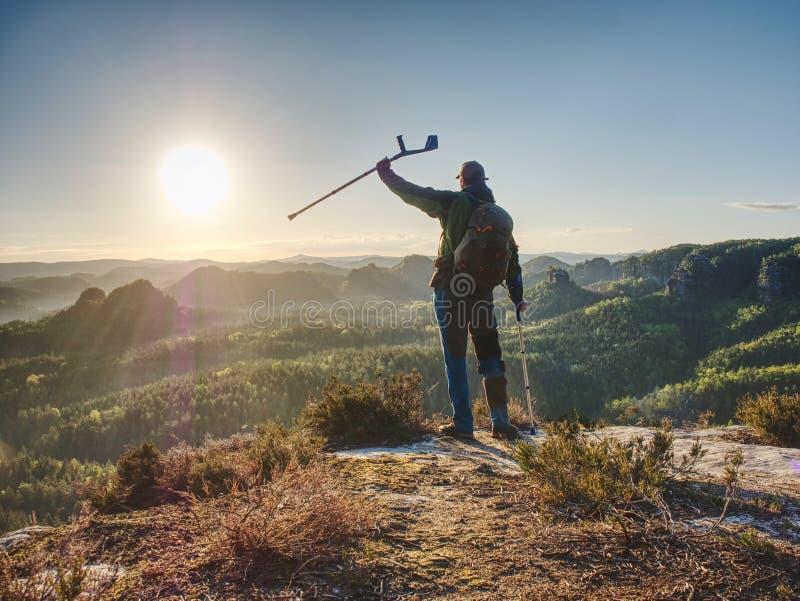 Hiker с горным пиком медицины достиганным костылем стоковое фото rf