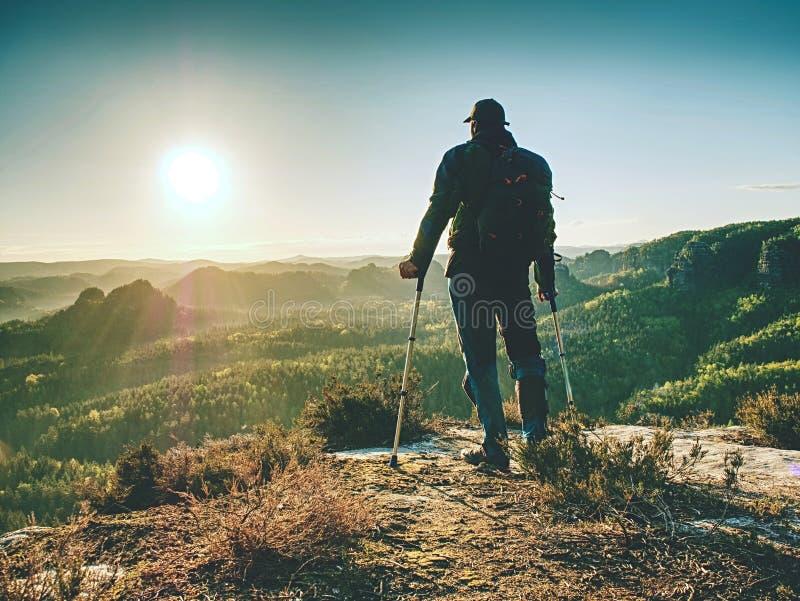 Hiker с горным пиком медицины достиганным костылем стоковая фотография rf