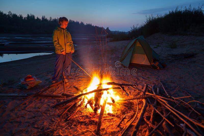 Hiker с огнем стоковое фото