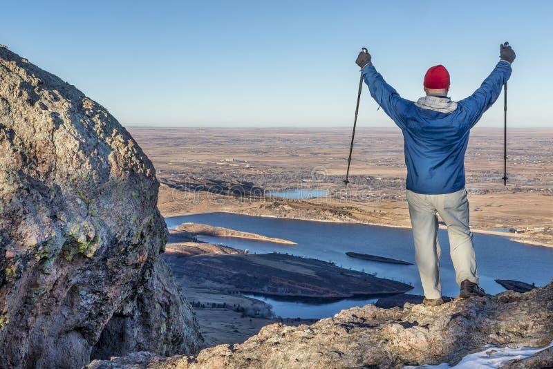 Hiker с trekking поляками стоковые изображения