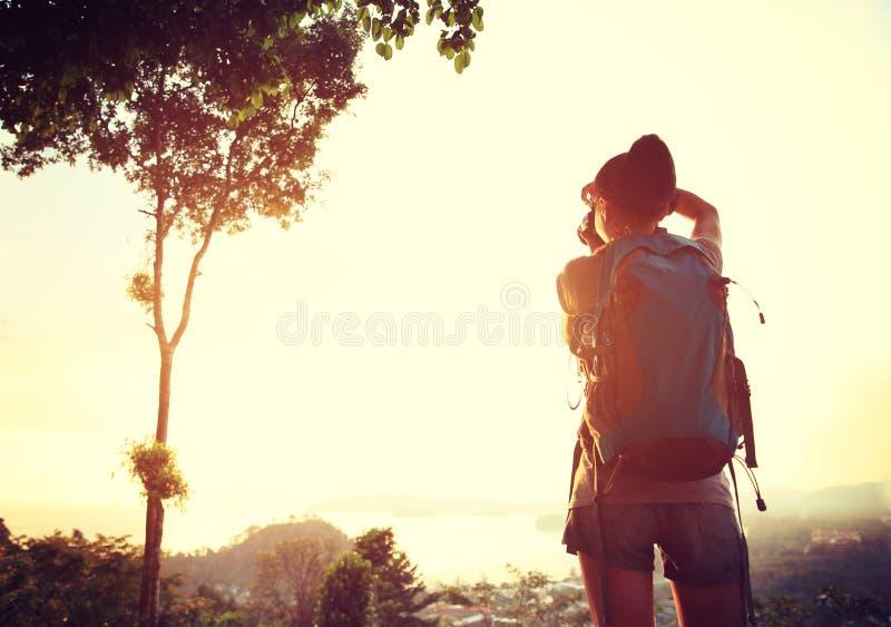 Hiker/фотограф женщины напольный стоковые фото