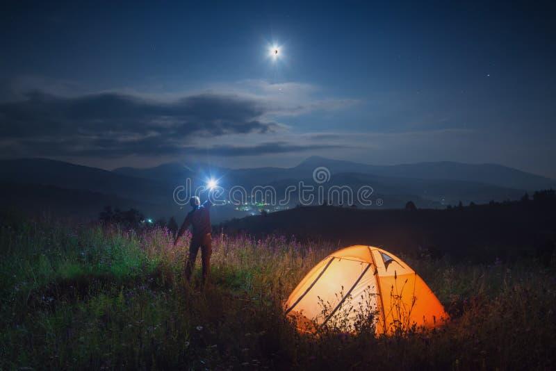 Hiker человека с электрофонарем стоковые изображения