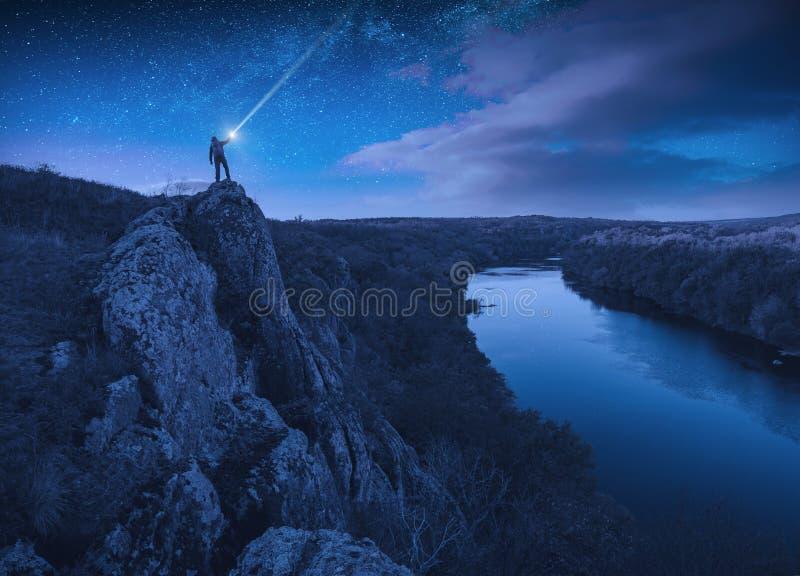 Hiker con una torcia sotto il cielo stellato fotografie stock