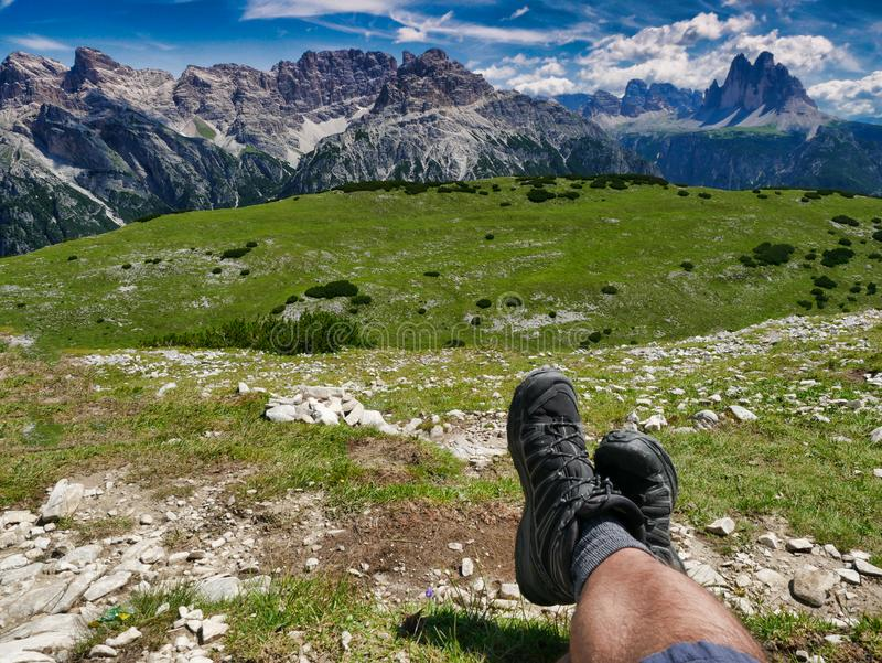 Hiker desfrutando do descanso e da incrível visão panorâmica dos dolomitos três picos de lavaredo itália foto de stock