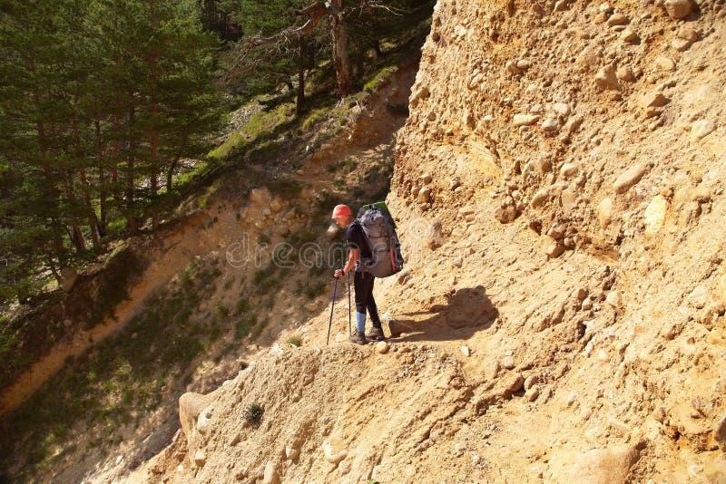 Hiker nas montanhas alpinista com mochila fotos de stock royalty free