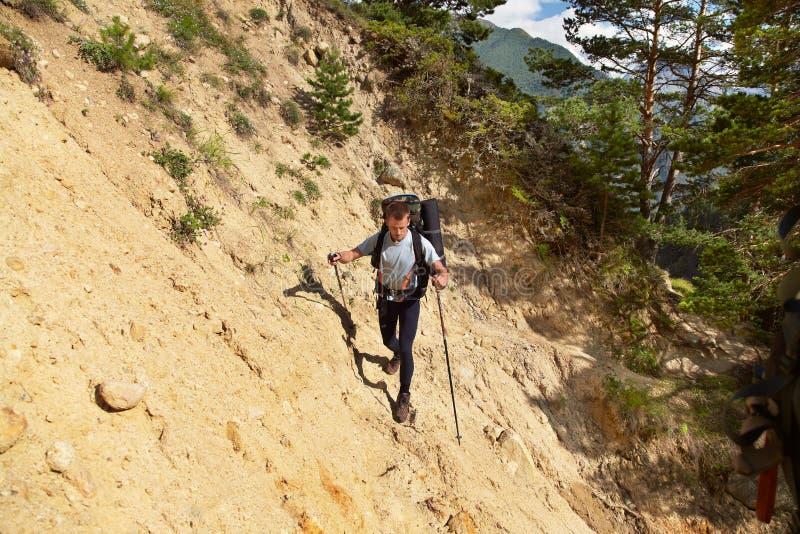 Hiker nas montanhas alpinista com mochila foto de stock