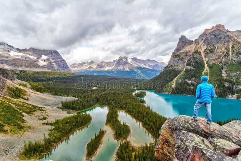 Hiker no topo da Opabin Prospect no lago O`Hara em Rockies canadenses imagens de stock