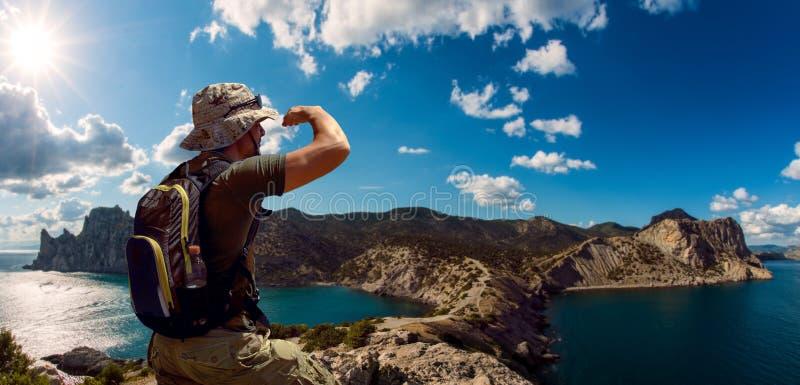 Hiker sobre paisagem de beleza foto de stock