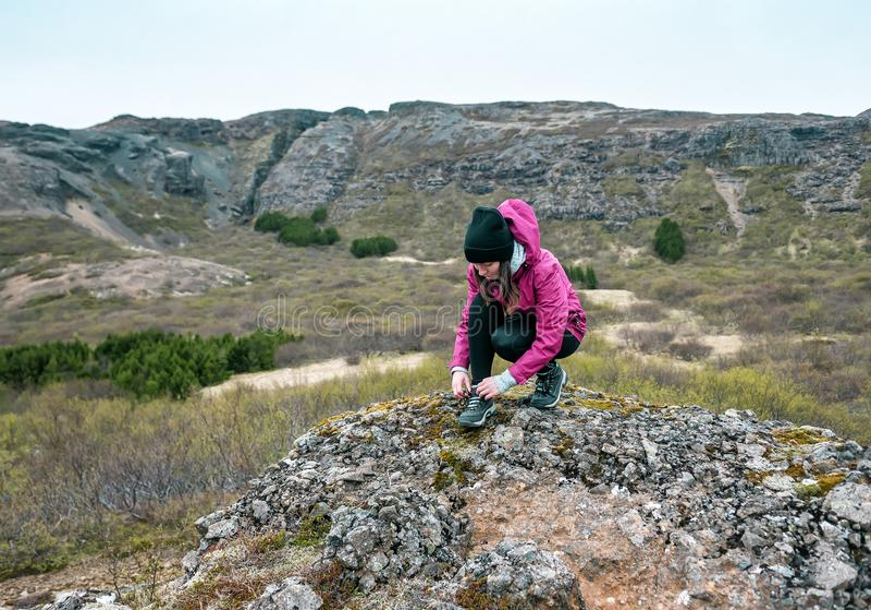 Hiker-tjejen knyter fast laces royaltyfria bilder