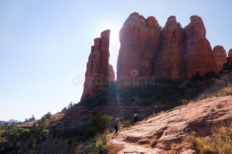 Hikers взбираясь до пика для того чтобы увидеть красные горные породы sedona национального парка пустыни Аризоны стоковое изображение