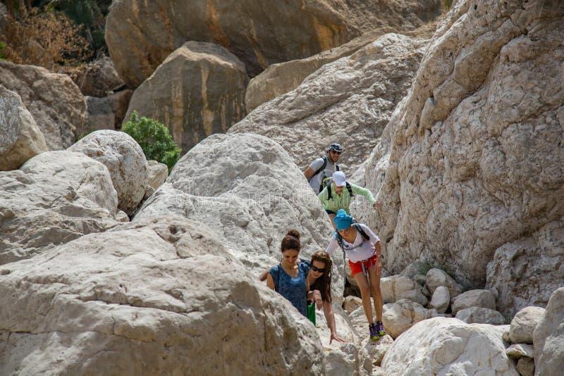 Hikers в вадях Tiwi стоковая фотография