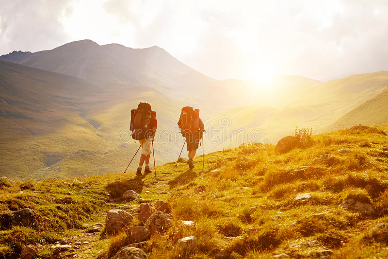 Hikers в горах стоковое фото