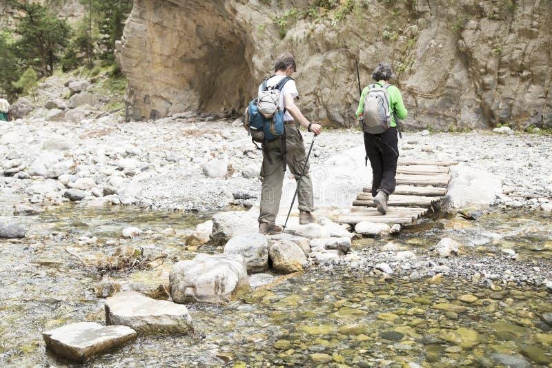 Hikers в ущелье Samaria стоковое фото
