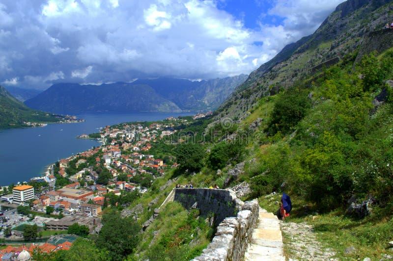 Hikers городищ Kotor, Черногория стоковое изображение