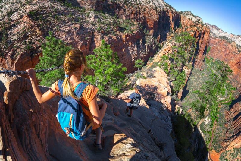 Hikers идут на крутой и опасный названный след Ангелом Landin стоковые фотографии rf