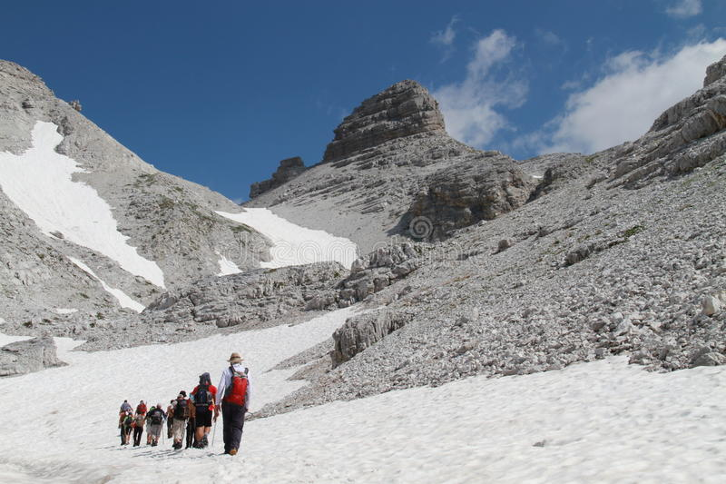 Hikers идя к Jezerce, Албании стоковое фото rf