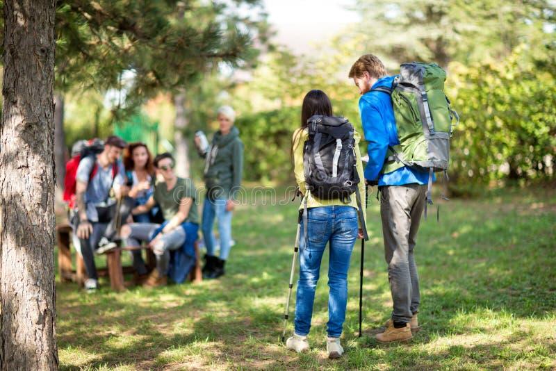 Hikers при рюкзак сфотографированный от задней части стоковые фотографии rf