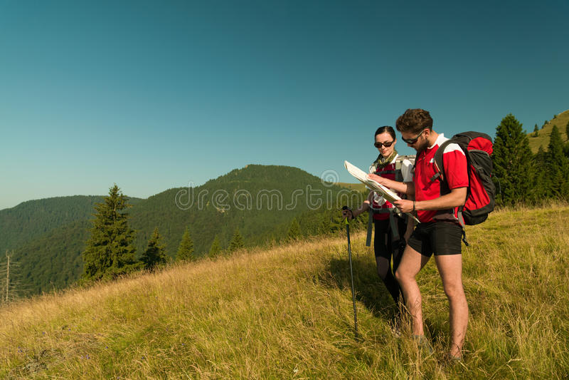 Hikers советуя с картой стоковое фото rf