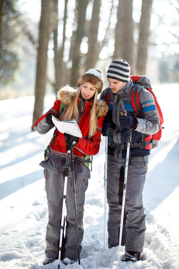 Hikers соединяют искать путь на карте стоковые изображения