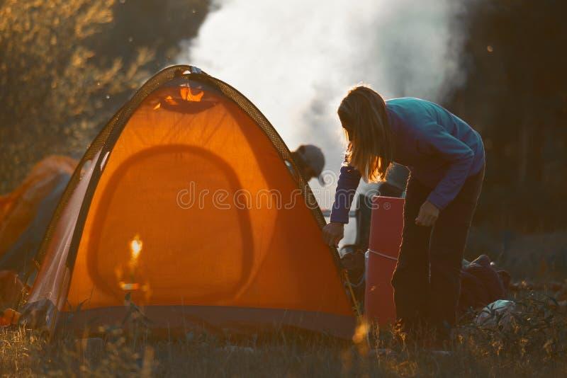 Hikers установили шатер стоковые изображения rf