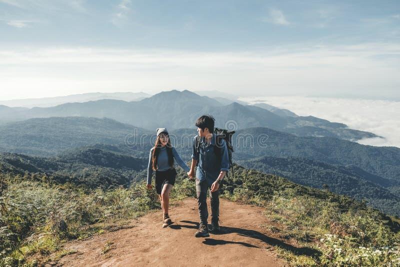 Hikers соединяют на времени приключения горы стоковое изображение