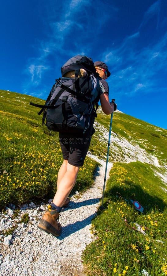 hiking женщина изображения гор принятая заполированностью стоковое изображение
