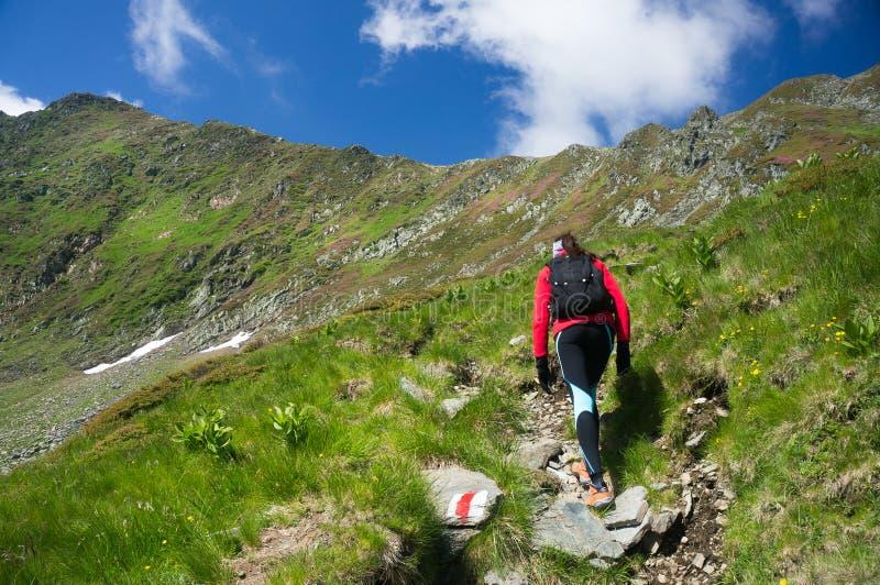 hiking женщина изображения гор принятая заполированностью стоковые фото