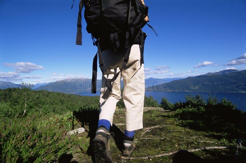 hiking озеро к детенышам женщины стоковые изображения