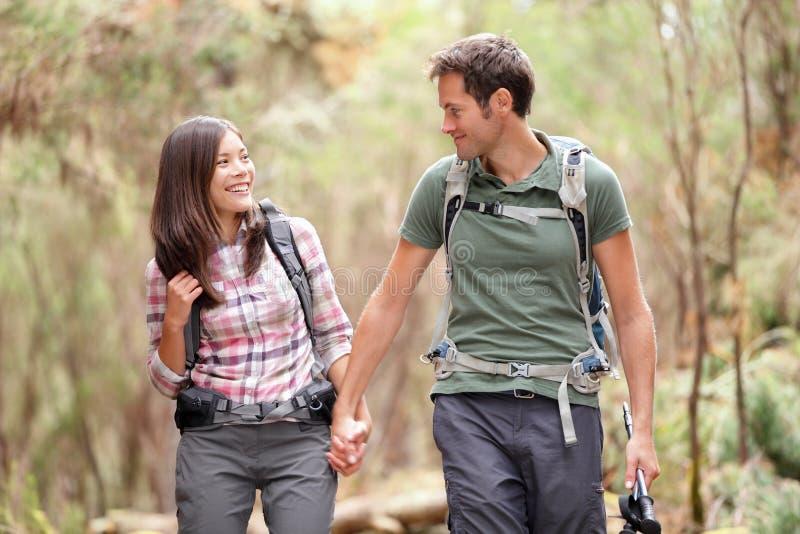 hiking пар счастливый стоковое изображение rf