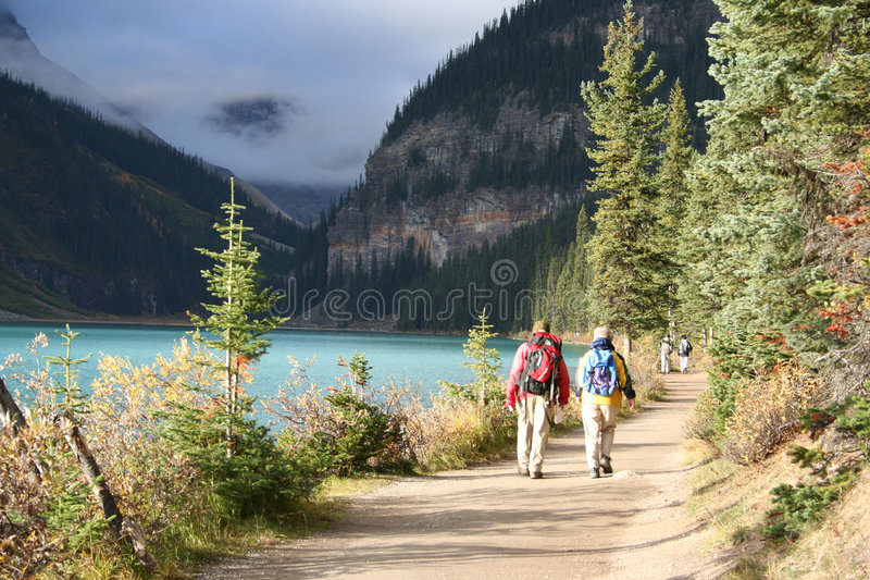 hiking пожилых людей пар стоковая фотография rf