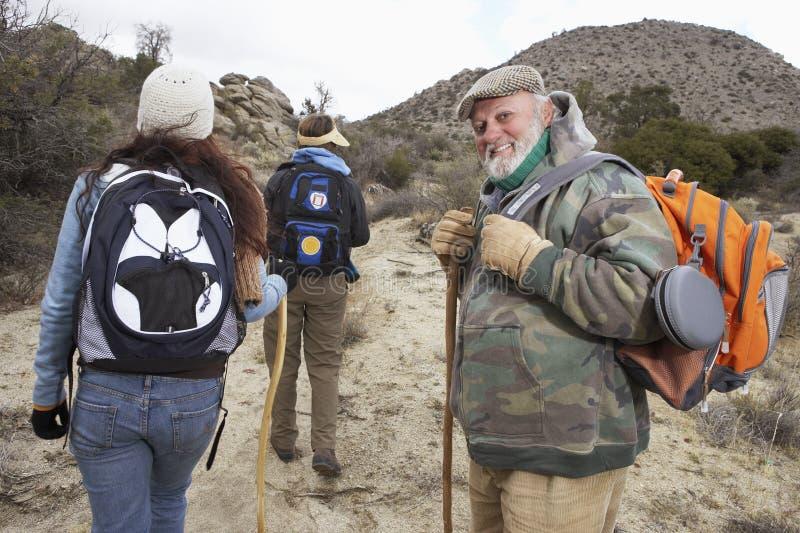 Hiking старшего человека и семьи стоковая фотография rf