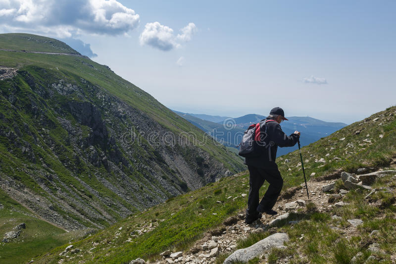 Hiking старшего человека стоковые изображения rf