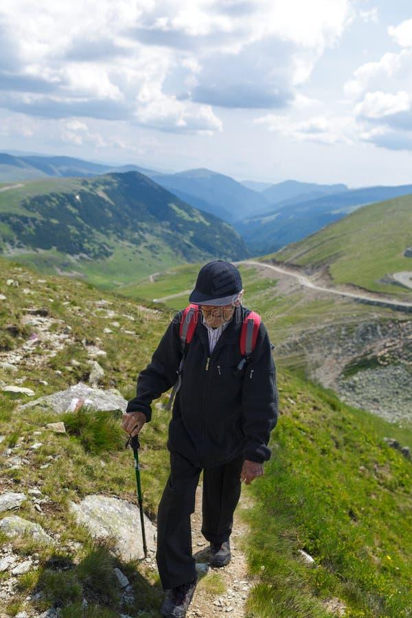 Hiking старшего человека стоковое фото