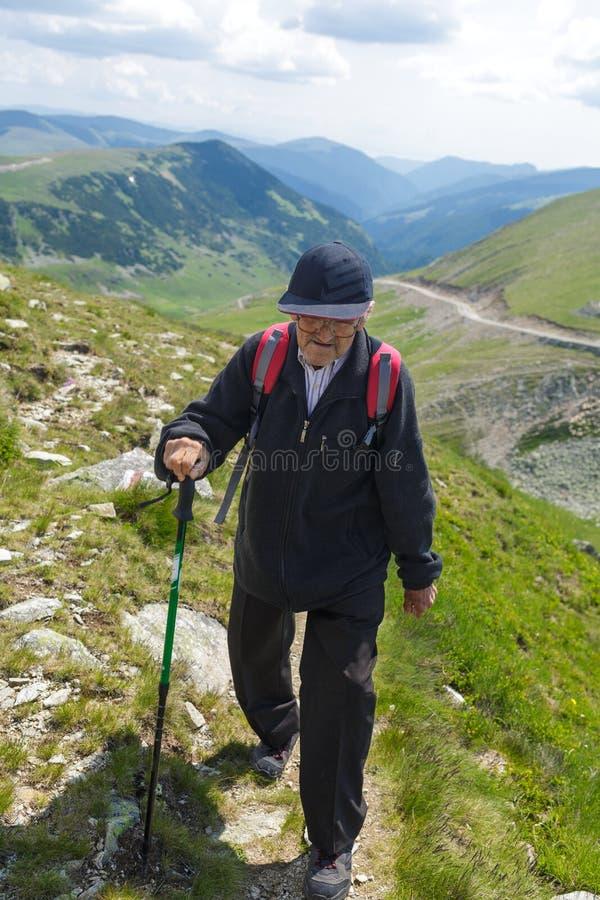 Hiking старшего человека стоковые фото