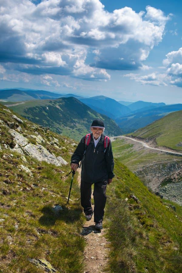 Hiking старшего человека стоковое фото rf