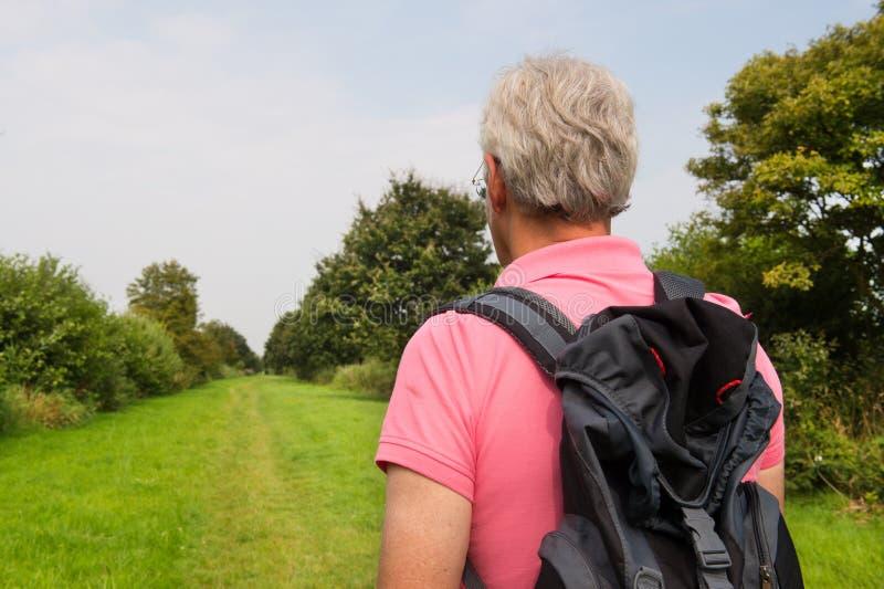 Hiking старший человек стоковое фото