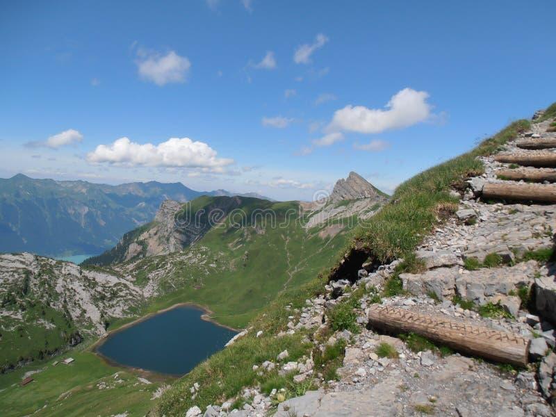 Hiking тропка к faulhorn Швейцарии стоковые изображения rf