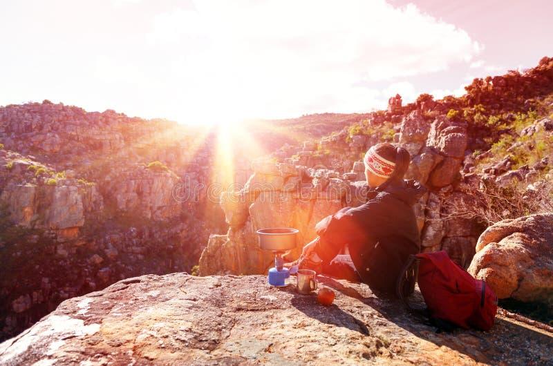 hiking relaxed женщина стоковые фотографии rf