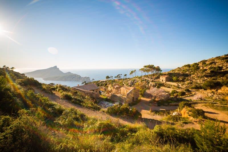 Hikinhg nära LaTrapakloster med ön för Sa Dragonera i bakgrund, Serra de Tramuntana, Mallorca, Spanien royaltyfri foto
