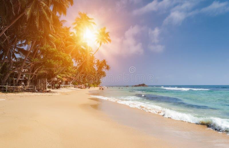 Hikkaduwa, Sri Lanka Niet geïdentificeerde mensen op het strand in Hikkaduwa royalty-vrije stock foto's
