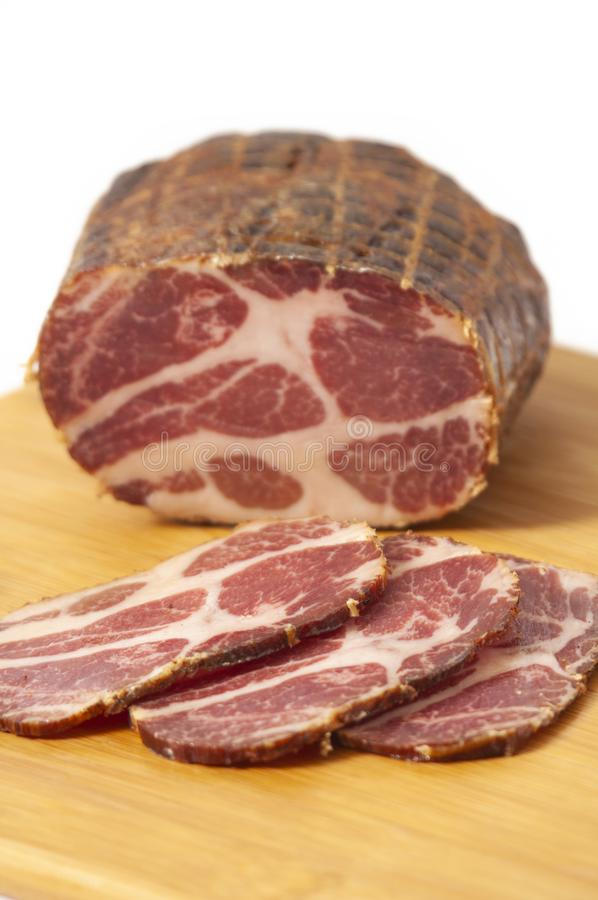 Hikorowy uwędzony wieprzowiny ramię faszerujący w sieci zdjęcia royalty free