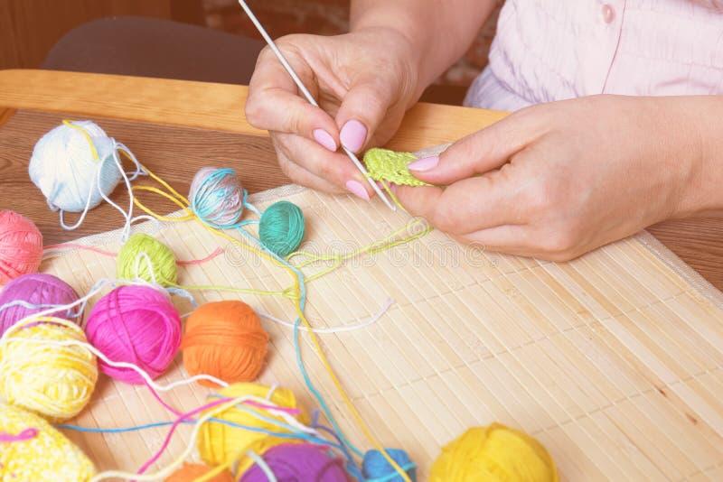 Hilado colorido de los ovillos y croché femenino de la mano fotos de archivo libres de regalías