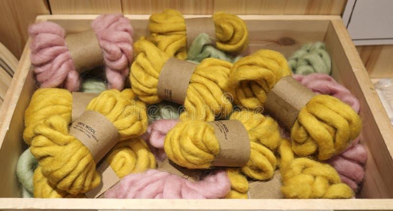 Hilado de lana imagenes de archivo