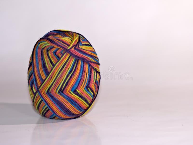 Hilado de lanas formado como un huevo imagenes de archivo
