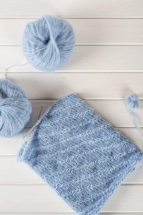 Hilado de lanas que hace punto azul y agujas que hacen punto foto de archivo libre de regalías