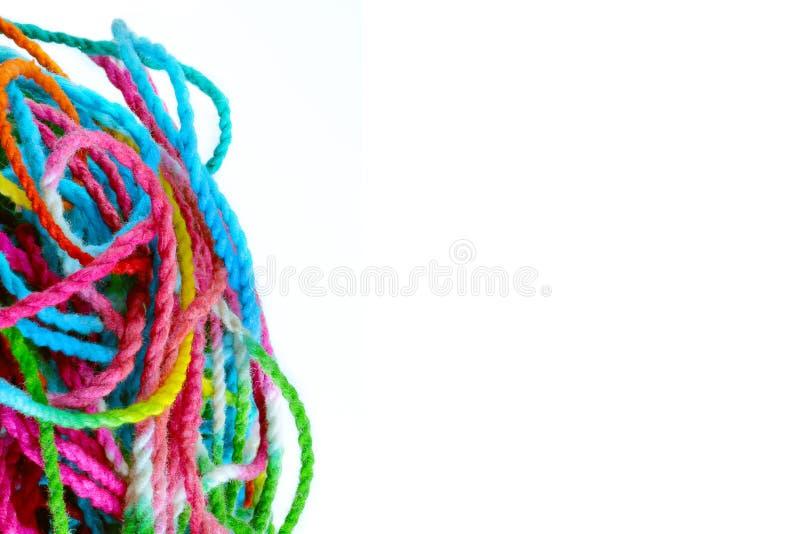 Hilado enredado, hilos de coser coloridos enredados en blanco imagen de archivo