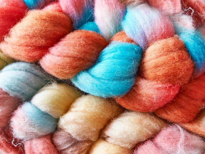 Hilado hecho a mano brillante multicolor de lana foto de archivo