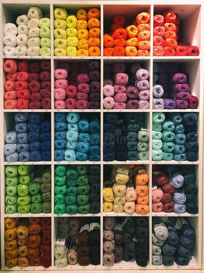Hilados de lanas en colores pastel fotos de archivo